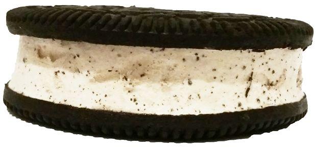 R&R Ice Cream, Ice Cream Sandwich Oreo, lodowa kanapka z kakaowym herbatnikiem i śmietankowym lodem z ciasteczkami, copyright Olga Kublik