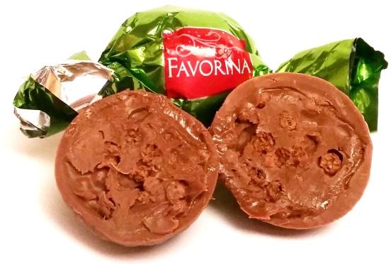Favorina, praliny z nadzieniem kakaowym i chrupkami w mlecznej czekoladzie, cukierki na wagę, copyright Olga Kublik