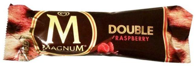 Algida, Magnum Double Raspberry, lody na patyku malinowe z sosem malinowym, polewą kakaową i mleczną czekoladą, copyright Olga Kublik