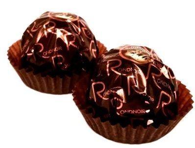 Ferrero, Rondnoir, pralinka w deserowej czekoladzie z kakaowym nadzieniem i kawałkiem deserowej czekolady wewnątrz, copyright Olga Kublik