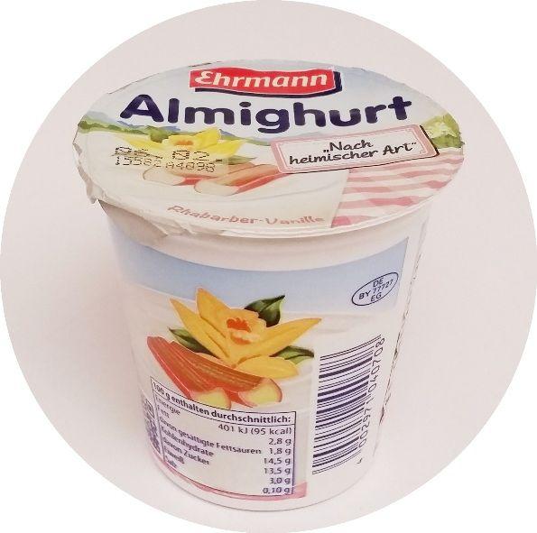 Ehrmann, Almighurt Nach heimischer Art Rhabarber-Vanille, jogurt o smaku rabarbaru i wanilii, copyright Olga Kublik