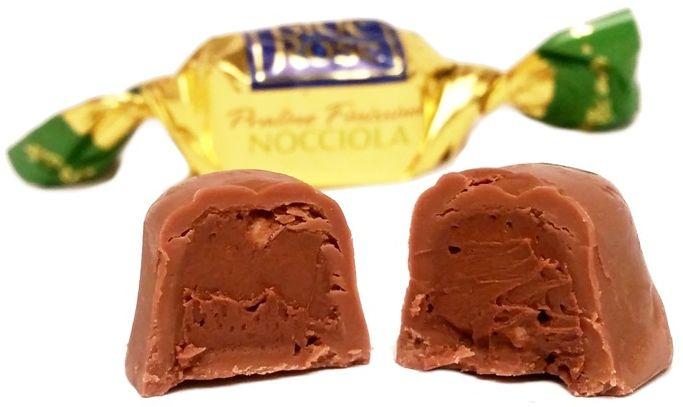 Icam, Blue Rose Triple Delight Hazelnut, czekoladki z nadzieniem nugatowym, mleczna czekolada z kremem z orzechów laskowych i chrupkami, copyright Olga Kublik