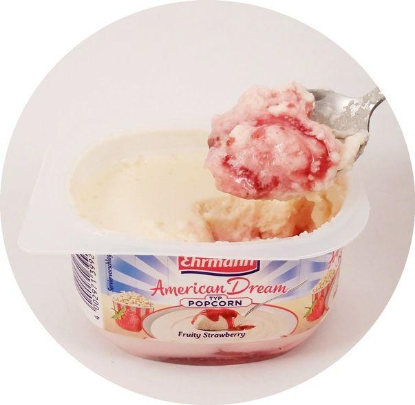 Ehrmann, AmericanDream Typ Popcorn Fruity Strawberry, lekki deser piankowy z sosem truskawkowym, jogurt z Niemiec, DessertTraum, copyright Olga Kublik