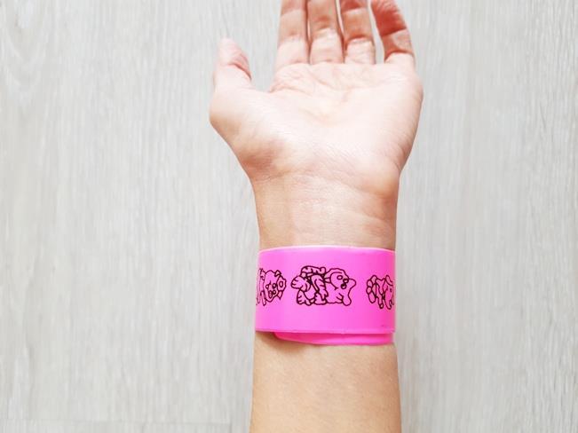 Elastyczna metalowa linijka bransoletka na rękę