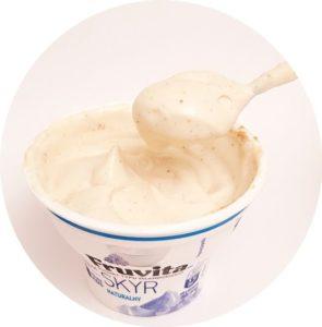 KruKam, deser naturalny skyr z masłem migdałowym, copyright Olga Kublik
